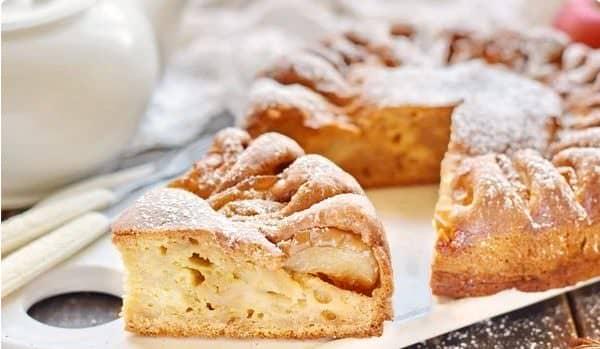 Ароматна сирна шарлотка з яблуками: мій рецепт шарлотки