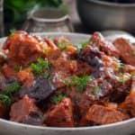 М'ясо з сухофруктами-завжди безпрограшний варіант приготування страви. Особливо ідеально поєднуються яловичина і чорнослив. Особливу пікантність м'яса надає томатно - пивний соус. Яловичина стає дуже м'якою і в готовому вигляді набуває хлібний аромат.