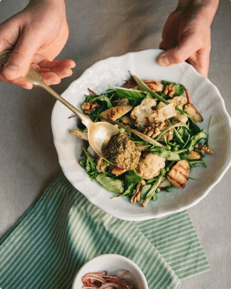 Пісний салат із зеленим горошком і цвітною капустою