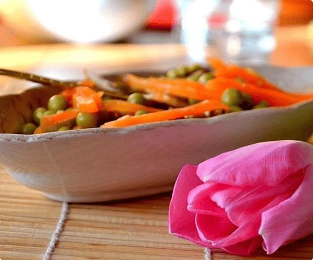 салат з консервованим горошком і морквою