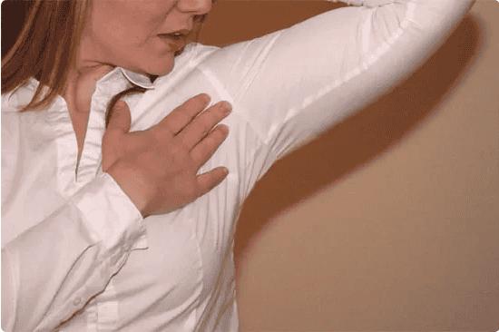 Як вивести плями від поту на білому одязі? 8 способів про які ви не знали