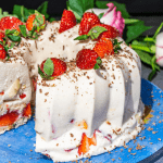 торт з соковитою полуницею